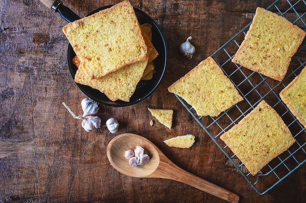 Cocer el pan de ajo fresco del horno.