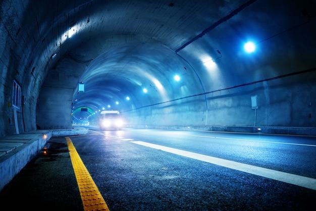 Coche de alta velocidad en el túnel.
