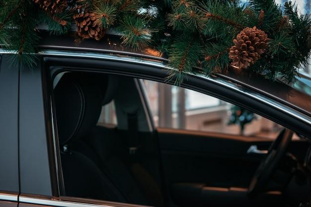 Coche con árbol de navidad en el techo