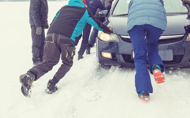 El coche se atascó en la temporada de invierno