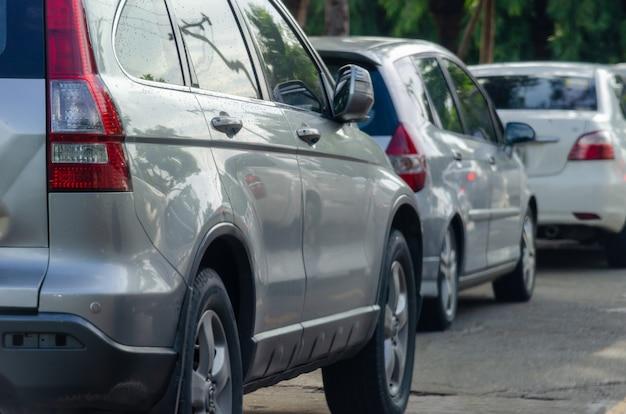 Coche en el atasco de tráfico por carretera