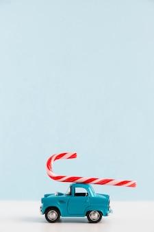 Coche azul con bastón de caramelo y espacio de copia