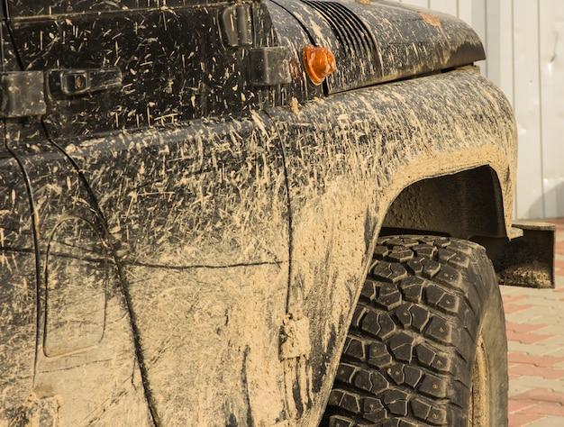 Un coche en el barro, después de un viaje fuera de la carretera, primer plano