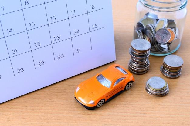 Coche en calendario, nuevo concepto de automóvil