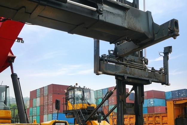 Coche de carga de contenedores estacionado en el muelle en chongqing, china