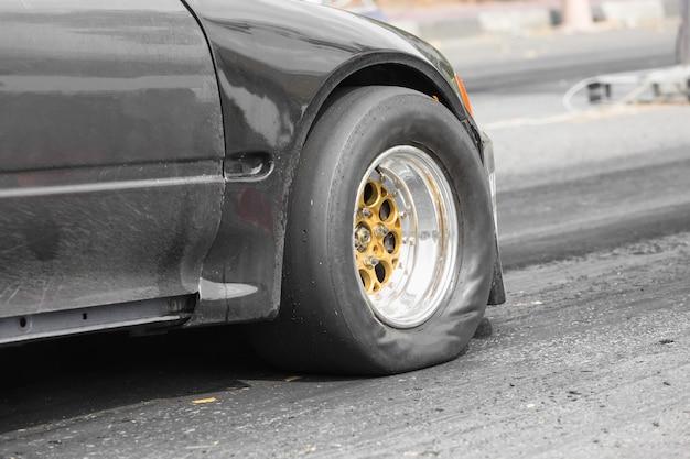 Coche de carreras de arrastre de tracción delantera en la línea de salida