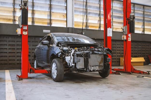 Coche en centro de servicio de reparación de automóviles