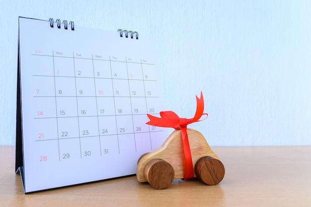 Coche con cinta en calendario, nuevo concepto de automóvil