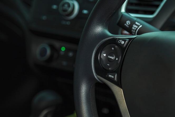 Coche dentro del lugar del conductor