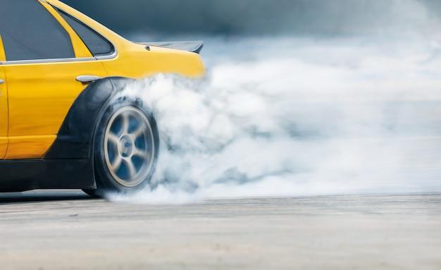 Coche de deriva de carrera quema neumáticos en pista de velocidad