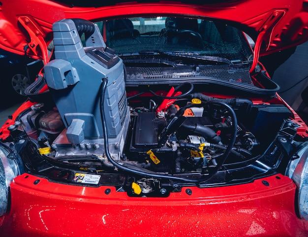 Coche ecléctico con capó abierto. detalles del motor del automóvil eléctrico.