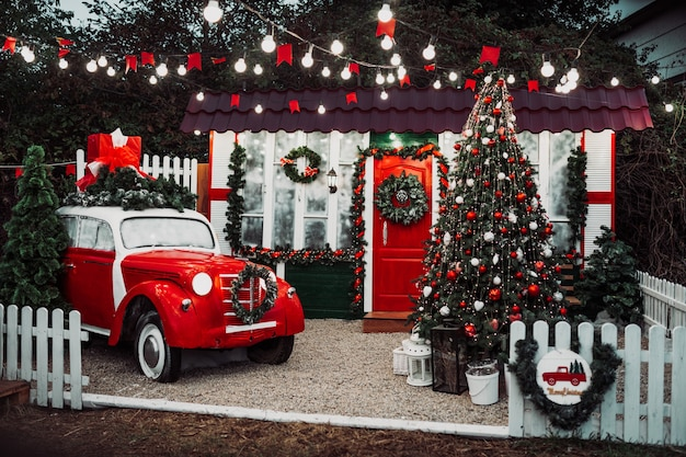 Coche de época retro rojo en decoraciones festivas. feliz navidad.