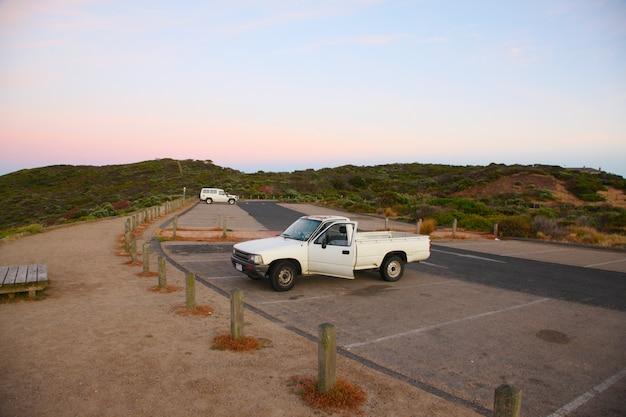 Coche estacionado en el área de estacionamiento