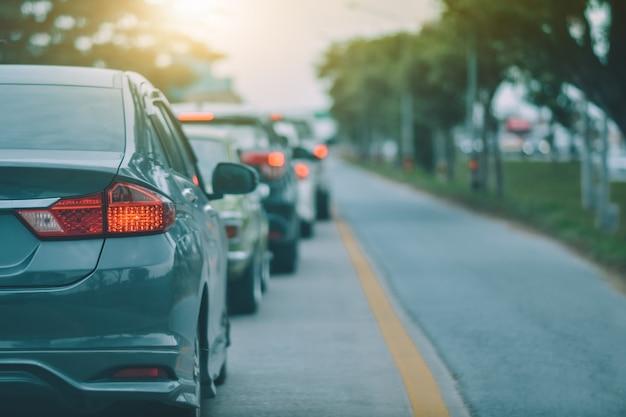 Coche estacionado en la carretera y asiento pequeño para el automóvil en la carretera utilizado para viajes diarios