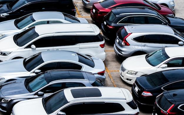 Coche estacionado en el estacionamiento del aeropuerto para alquiler. vista aérea del estacionamiento del aeropuerto. venta y alquiler de autos usados de lujo. plaza de aparcamiento de automóviles. concepto de concesionario de coches.