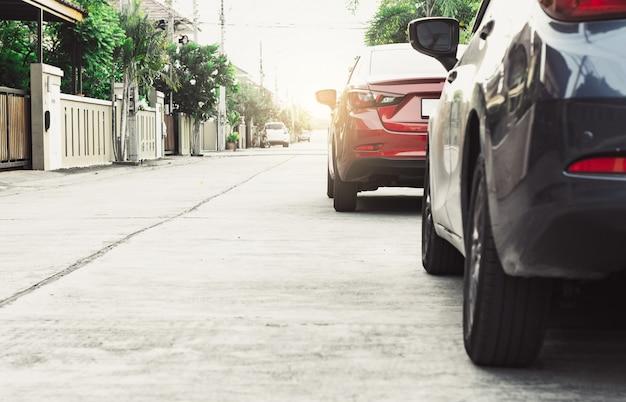 Coche en fondo borroso de la calle. para la imagen automotriz del transporte del automóvil o del transporte.