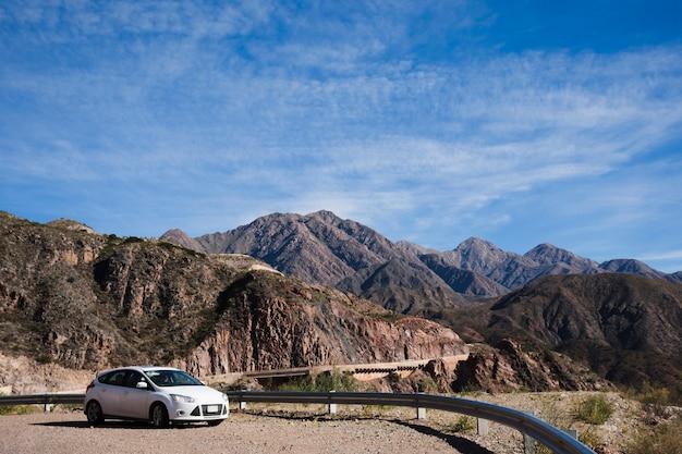 Coche en frente del paisaje de montaña