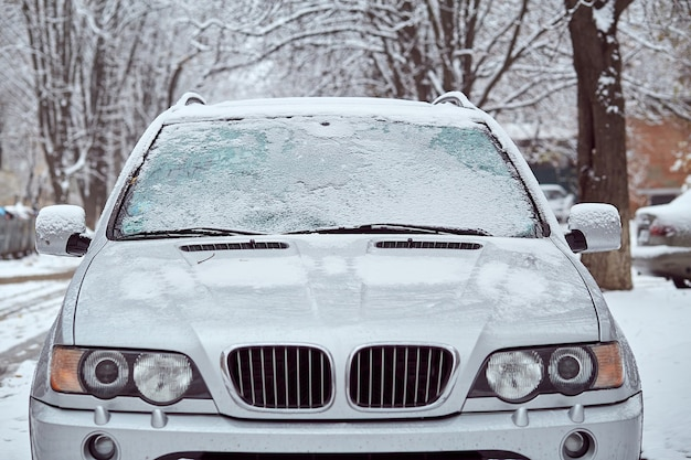 Coche gris aparcado en la calle en día de invierno, vista trasera. maqueta para calcomanías o calcomanías