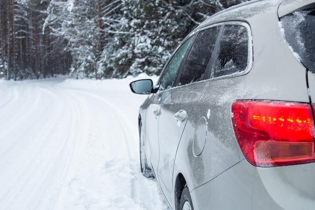 Coche gris en carretera de invierno