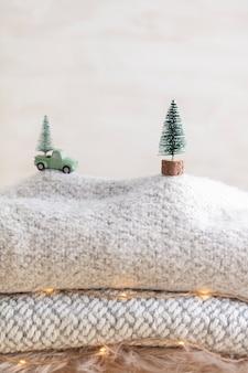 Coche de juguete con un árbol de navidad, fondo bokeh