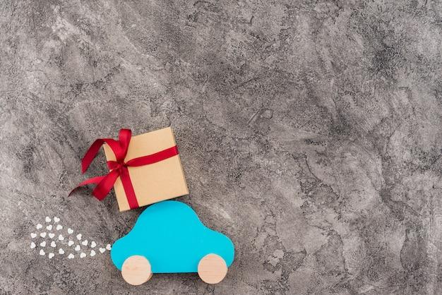 Coche de juguete con caja de regalo.