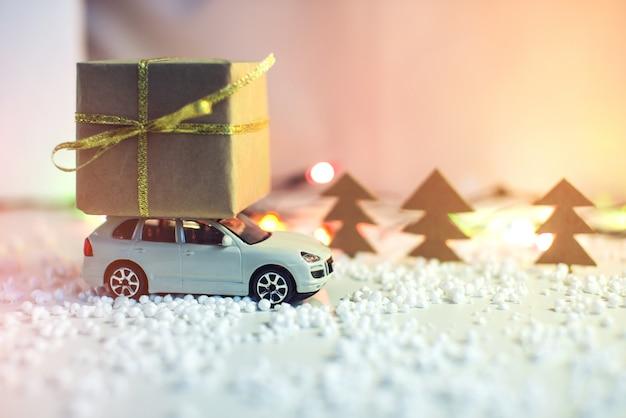 Coche de juguete lleva en el techo regalo para navidad