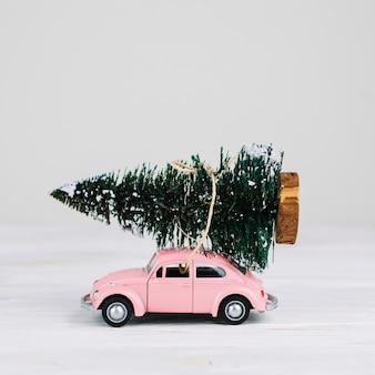 Coche miniatura con arbol de navidad.