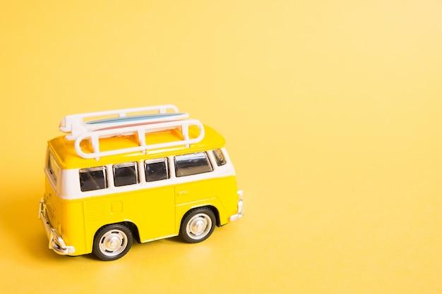 Coche minivan hippie en la playa.