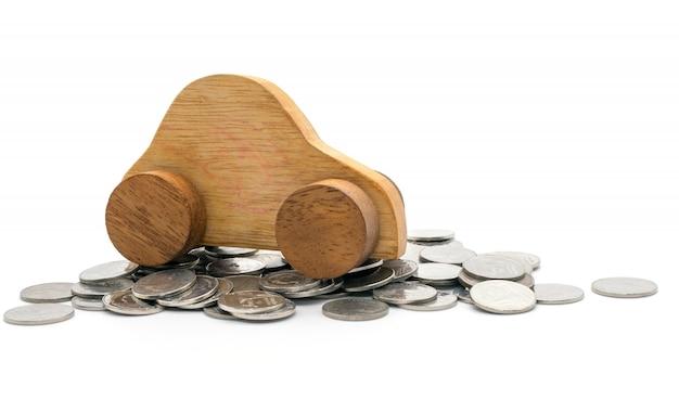 Coche y monedas sobre fondo blanco