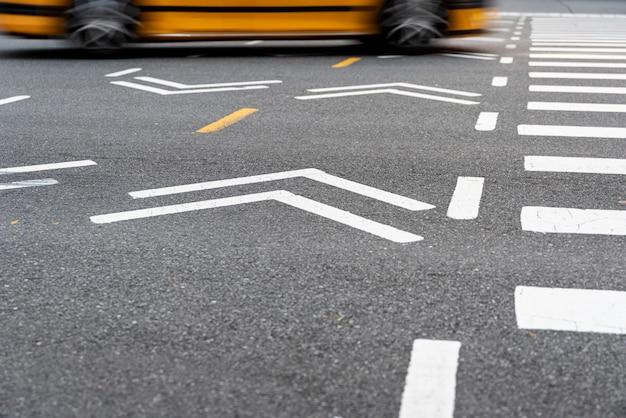 Coche moviéndose sobre el cruce de peatones