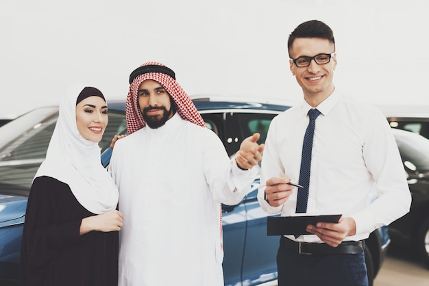 Coche para mujer musulmana bahrein pareja en auto salon.