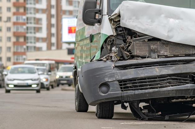 Coche muy dañado después de un accidente automovilístico en una calle de la ciudad.