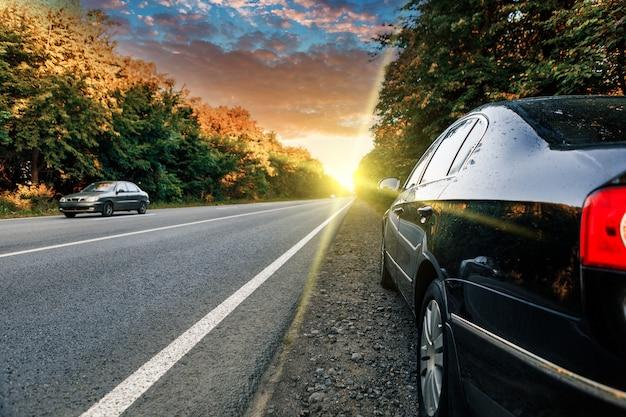 Coche negro en carretera asfaltada