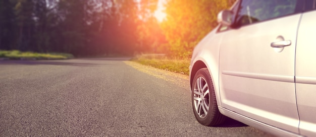 Coche plateado en una carretera asfaltada en las noches de verano