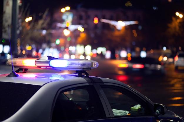 Coche de policía por la noche