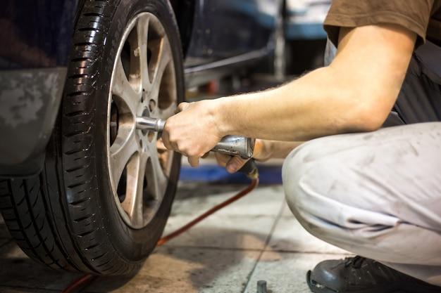 Coche profesional servis hombre cambiando la rueda del coche