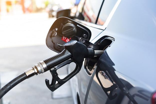 Coche que aprovisiona de combustible gasolina en la estación