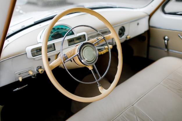 Coche retro, reloj volante vintage, madera.