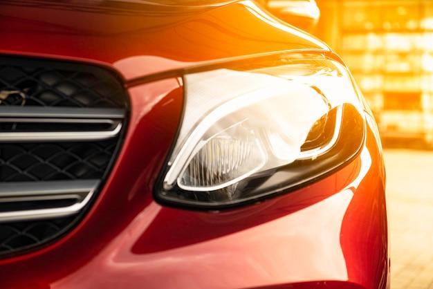 Coche rojo de lujo. luz de sol. vista frontal