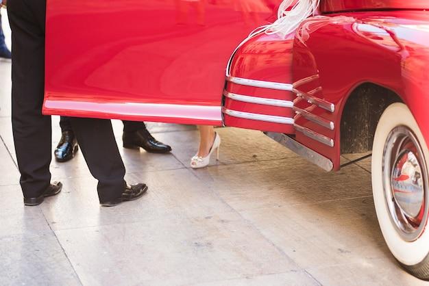 Coche rojo retro clásico de la boda