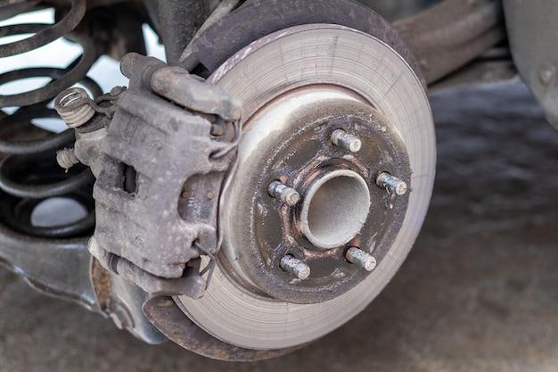 Coche sin rueda en el servicio de neumáticos