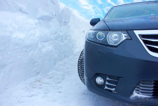 El coche sobre un fondo de una gran capa de nieve.