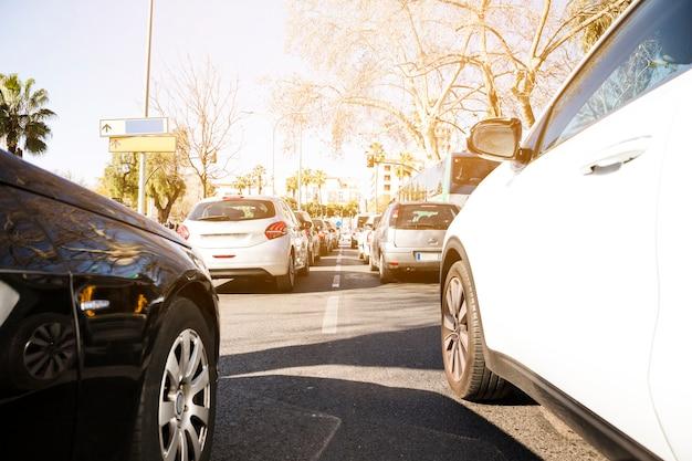 Coches en la carretera en el atasco de tráfico