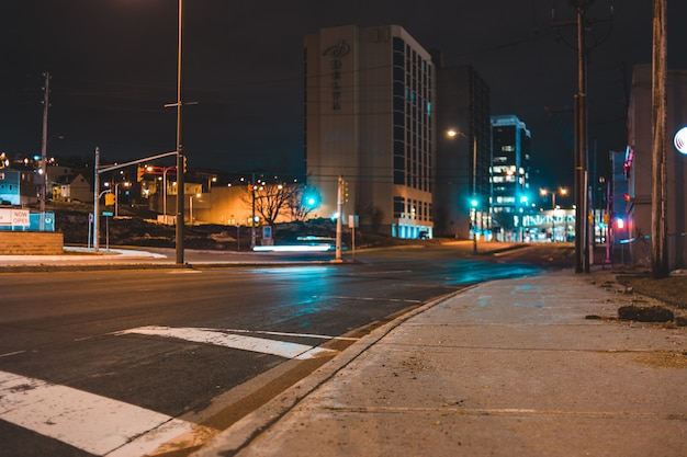 Coches en carretera cerca de edificios durante la noche