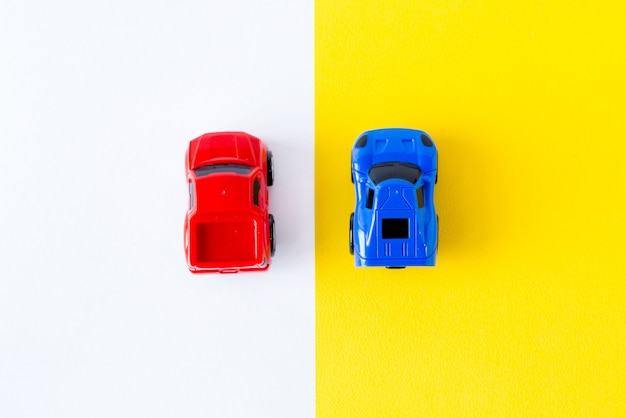 Coches de juguete en miniatura en la vista superior amarilla