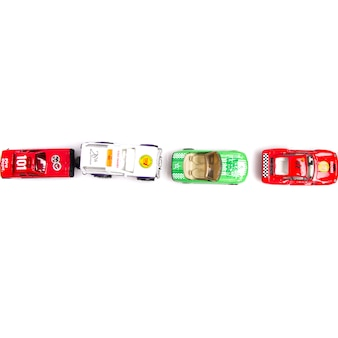Coches de juguete puestos en fila