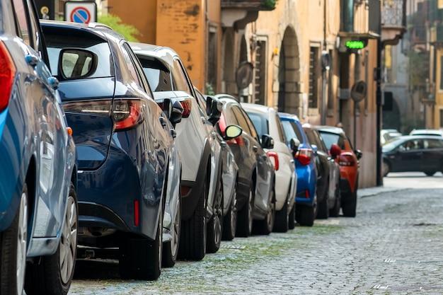 Coches modernos estacionados en la calle de la ciudad