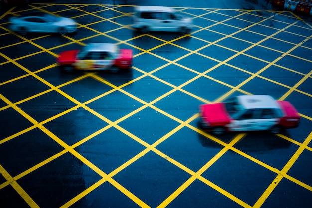 Coches que conducen a través de amarillo sin aparcamiento