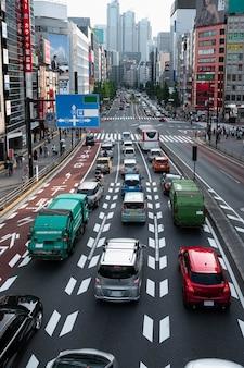 Coches en el tráfico de la ciudad a la luz del día.
