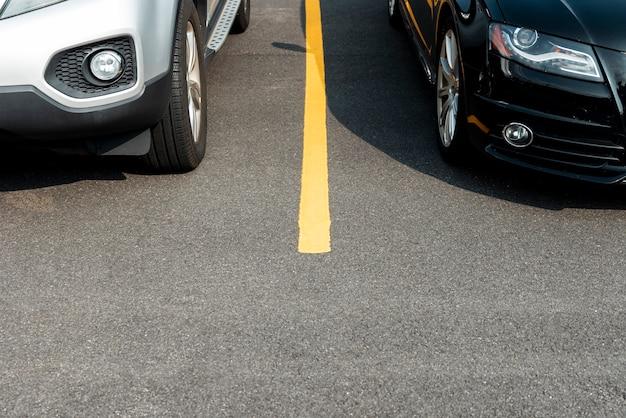 Coches en la vista frontal del estacionamiento